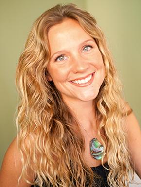 """美人魚 Linden Wolbert   Linden 擁有波士頓艾默生學院的電影和科學學士學位,與其他人透過水下野生動物紀錄片和現場表演分享水生生物。她的教育海洋網絡系列,Mermaid Minute,""""edutains""""各種動物和海洋生物的年輕觀眾。  美人魚 Linden和她的海洋相關工作已被布隆伯格商業周刊,赫芬頓郵報,Buzzfeed,財富,快速公司,探索頻道,Yahoo!美國廣播公司20/20,NBC今日秀,Univision,澳大利亞今日NINE,Inside Edition,印度DNA,AOL Careers,MAXIM雜誌,英國每日郵報,PADI海底雜誌,MSN,拉丁時報和娛樂周刊等等,和超過30個國家報導。  Linden 在自己的公司Mermaids in Motion 身兼PADI高級潛水員、自由潛水員和全職美人魚,自2006年以來,她一直是 AIDA自由潛水評審。她個人最好的靜態屏氣是5分鐘,深度為35米(115英尺)並一口氣回來。  Linden 是 Reef Check Worldwide 的董事會成員。十年前,她藉由她最喜愛的水下紀錄片 Coral Reef Adventure 的影片學習並且成立了自己的 Reef Check Worldwide 董事會。"""