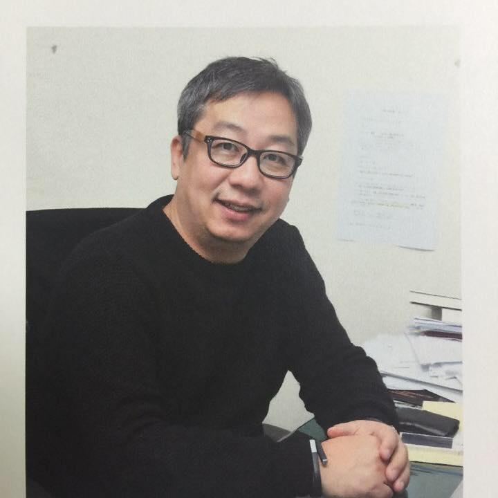 """鄭智勳教授  他擁有北密西根大學的學士學位和波士頓大學的博士學位。(資料來源:弘益大學)  目前,他是首爾藝術學院媒體系教授。  作為製片人和導演製作各種紀錄片:在韓國國家地理頻道播出的""""幸福的條件""""和在電視朝鮮和阿里郎電視台播放的""""不要"""