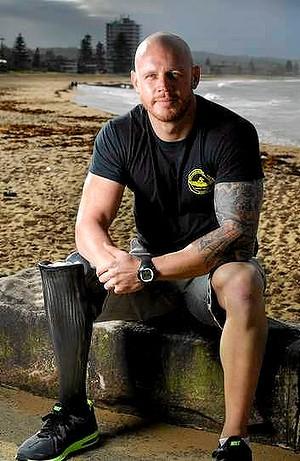 Paul de Gelder   Paul 無時無刻都在追尋冒險,從狂野的青少年騎士、他在一家脫衣舞俱樂部從事毒品和酒精的工作,一直到國防部隊的精英階層、陸軍傘兵,最後成為海軍潛水員。  直到2009年2月,他因為鯊魚的襲擊而失去了兩條腿,由於他自己的疏失造成他的潛水生涯陷入了危機之中。  在雪梨進行反恐演習時,他因公牛鯊襲擊而失去了手臂和腿部。  但這並沒有阻止他繼續潛水或成為鯊魚倡導者,他依舊支持保護鯊魚。