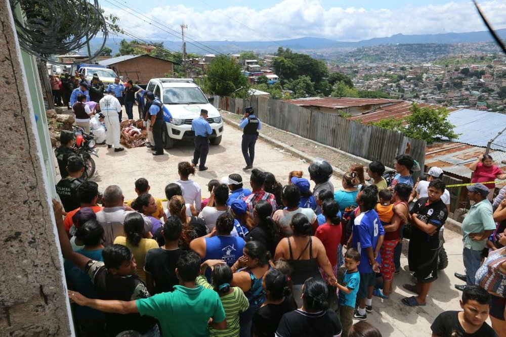 "A photograph of authorities investigating and analyzing the scene where Marianela's body was found. Photo credit: La Prensa (Honduras), ""Asesinan en Tegucigalpa a estudiante de Enfermería""."