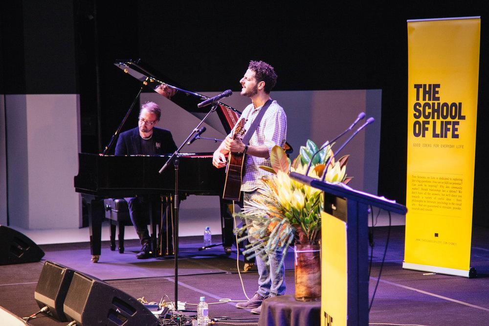 """独立音乐家Stu Hunter和Lior - 受到""""人生学校""""(The School of Life)悉尼分校的邀请,两位著名独立音乐人Stu Hunter和Lior,送上一场精彩的表演 聆听的艺术(Art of Listening)"""