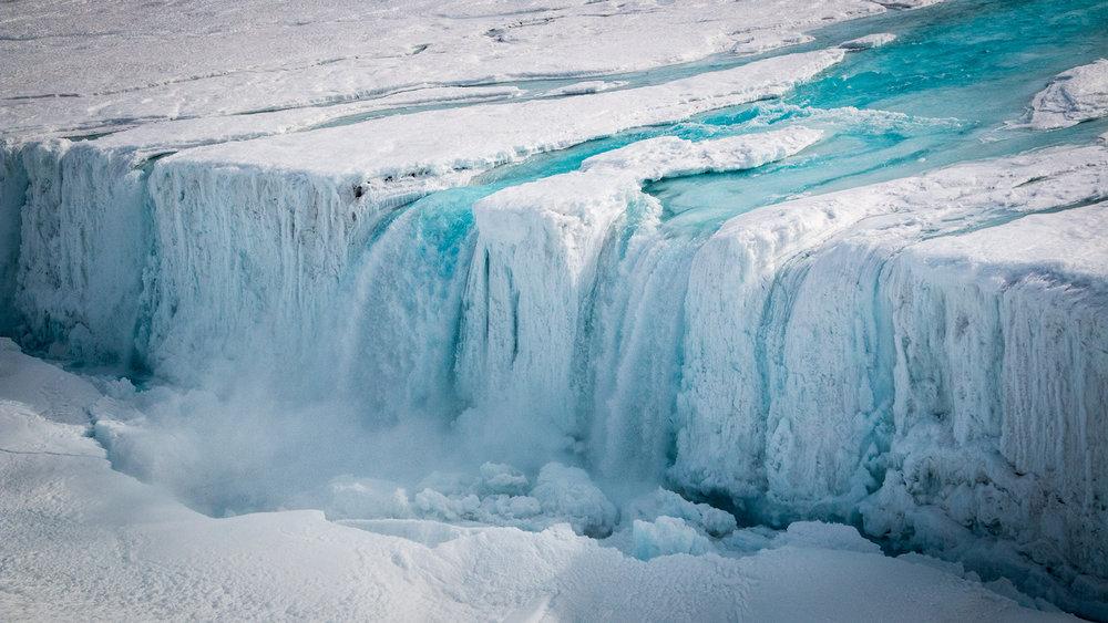 南极洲Nansen冰架上因表面冰融化造成的瀑布。(C.Yakiwchuck/ESA Business Insider)