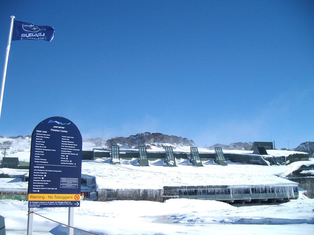 Perisher 滑雪场的购物及餐饮中心穿着白色银装。作者摄影