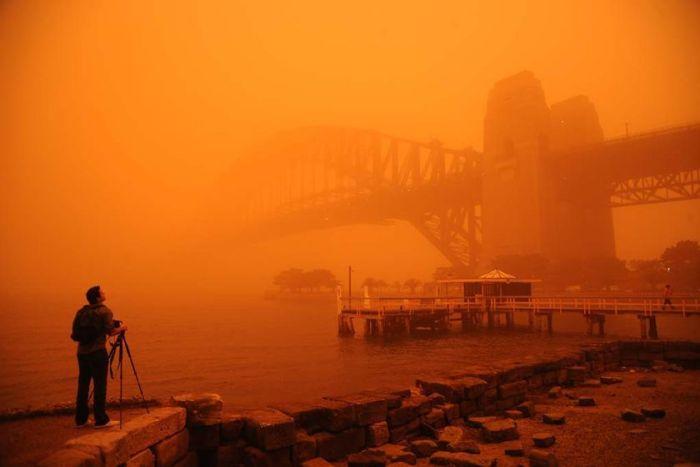 2009年9月23日悉尼海港大桥被沙尘覆盖的情景。(图片来源 :Amber Hooper)