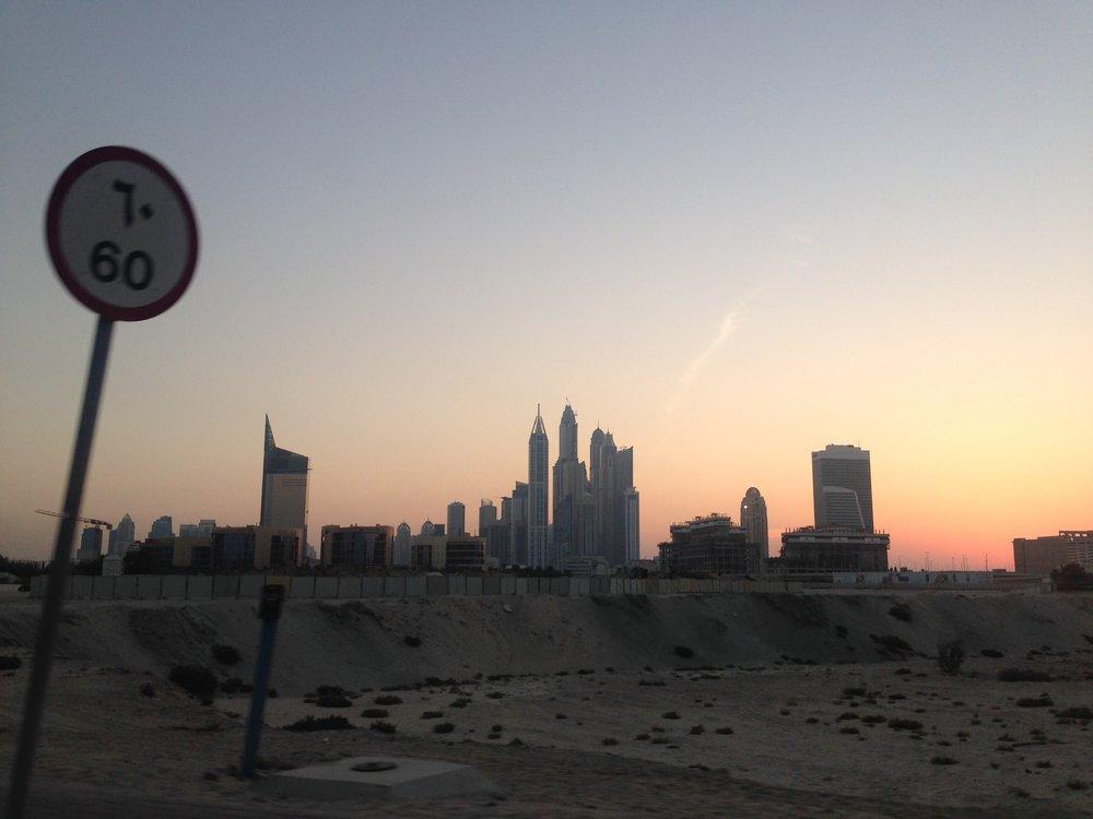 从迪拜国际机场离开,驶向迪拜商务中心