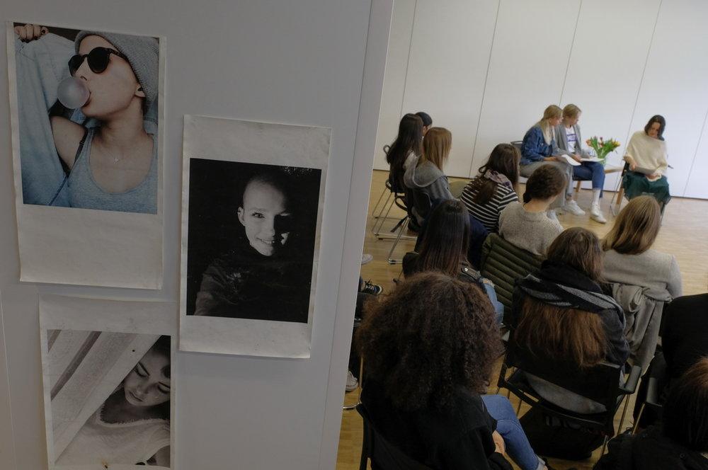 """Mehrere Schulklassen besuchten die Lesung im Rahmen des Veranstaltungsformats """"Kultur am Ende""""."""
