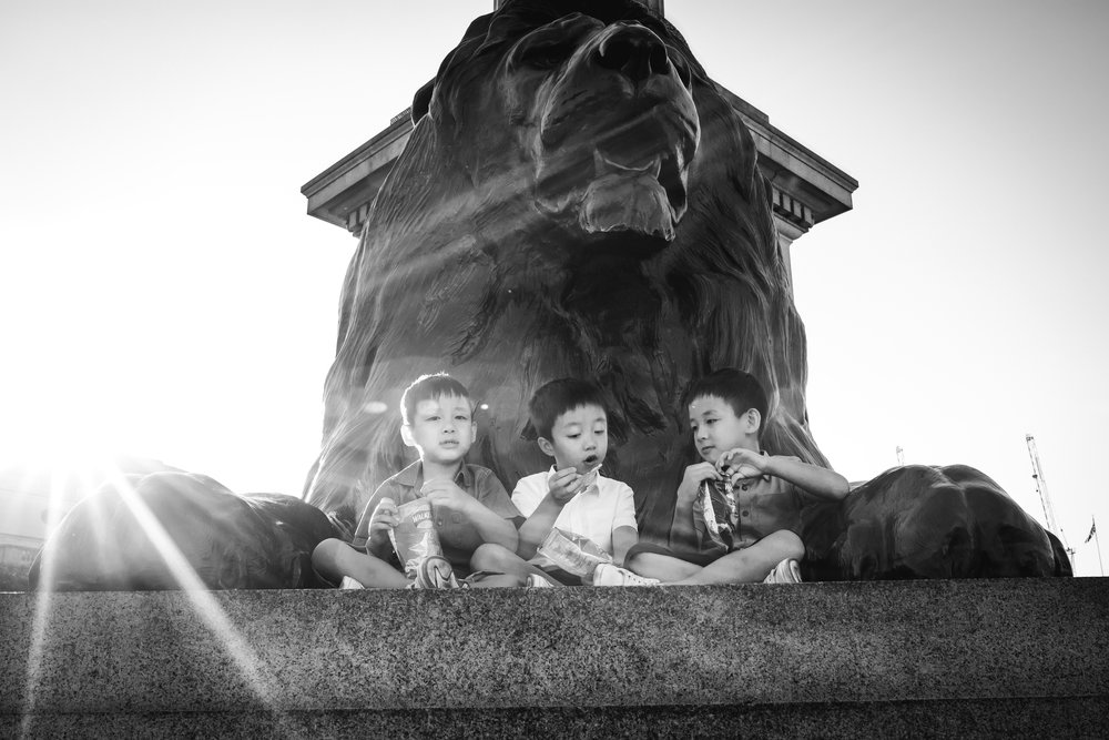 Snacks in Trafalgar Square - London Family Photography