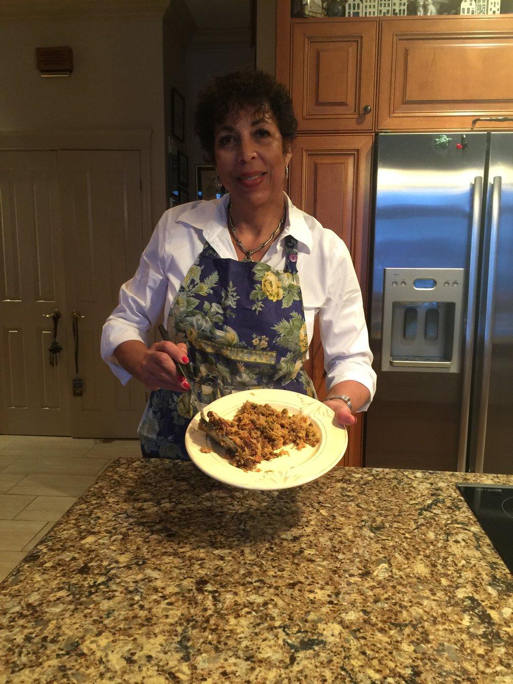 Inga Crooke Lawson dans sa cuisine à Vaudreuil-Dorion sert le pelau de la Trinidad