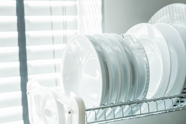 clean-dish-on-a-dish-rack_1339-7042.jpg