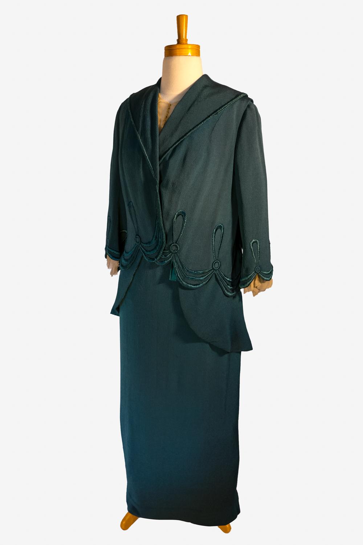 05 Side Front Suit