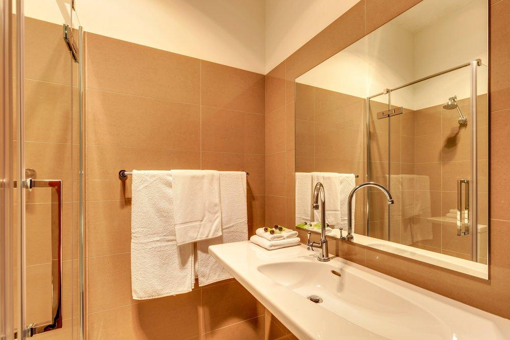 King Room Bathroom - IMG_1155.jpg