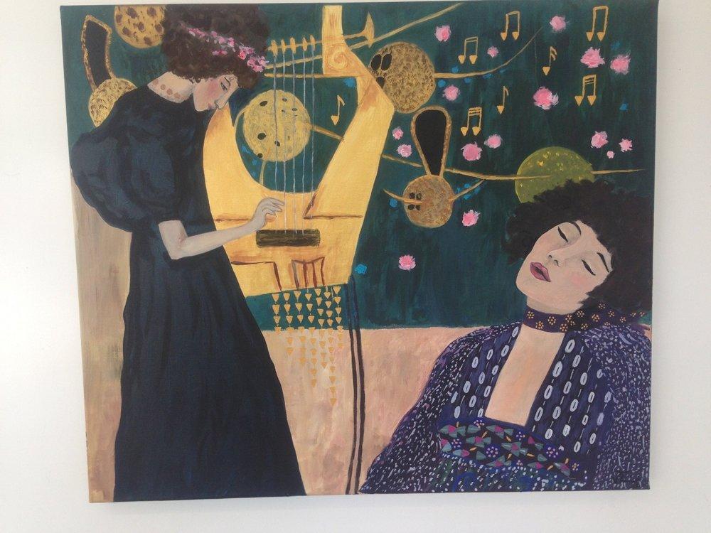 Pour Viviane, c'est la première fois qu'elle peint. Elle a réalisé une composition de deux tableaux Klimt, pour laquelle elle a dû développer ses compétences techniques, aidée par son professeur. Elle estime avoir bien réussi l'expression du visage de la femme de droite. Je le pense également.