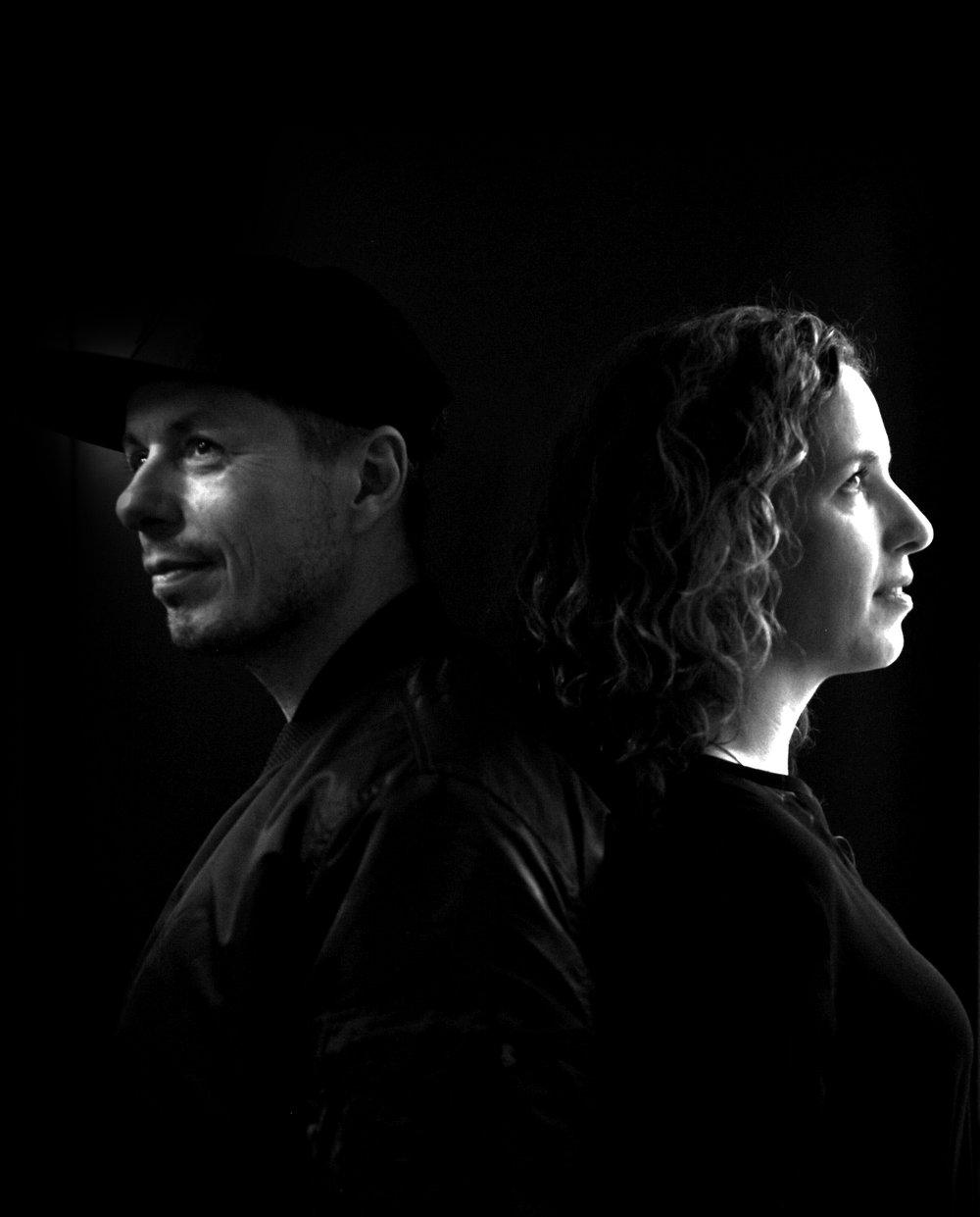 """Michi & Uli Beck - BECK TO BECK, das sind meine Frau Uli und ich. Wir legen unter diesem Namen als DJ Team seit ungefähr 8 Jahren Musik auf. Daher auch der Name BECK TO BECK, ein naheliegendes Wortspiel aus unserem Nachnamen, und dem Dj Begriff """"back to back"""", der so viel bedeutet, wie abwechselnd Songs auf zu legen, aber auch sich gegenseitig zu inspirieren, individuelle Ideen zu einem größeren Ganzen werden zu lassen, einen gemeinsamen Vibe zu kreieren…Die Idee unter diesem Namen auch Mode zu machen kam von Uli. Sie hat mich immer wieder motiviert, das, was mich neben der Musik am meisten definiert, nämlich eine gewisse Konsequenz in Stil und Geschmack, auch einmal selbst umzusetzen. Eigene Ideen und Vorstellungen zu verwirklichen und zum Leben zu erwecken.In den vielen Jahre, in denen ich jetzt das Styling für meine Band """"Die Fantastischen Vier"""" übernommen habe, in denen ich mich intensiv mit einer bestimmten Art Mode beschäftige, die wir sophisticated Streetwear nennen, in denen wir mit verschiedensten Brands kooperiert haben und Artwork zu meinem täglichen Geschäft gehört, war meine beste Beraterin eigentlich immer Uli.Sophisticated Streetwear bedeutet für uns nicht nur klares und eher minimalistisches Design, sondern vor allem auch perfekte Schnitte und überdurchschnittliche Qualität bei Ware und Herstellung. Ich lebe quasi nur in T-Shirts, Sweaters und Hoodies, und habe schon so oft feststellen können, wie viel Fashion in diesen Basics stecken kann, wenn alles richtig gemacht ist. Deswegen besteht unsere erste Kollektion auch eben nur aus diesen Basics, in Schnitten, Designs und Details für Frauen und Männer gleichermassen tragbar. klar, hochwertig, unisex.Mit Liebe,Michi Beck"""