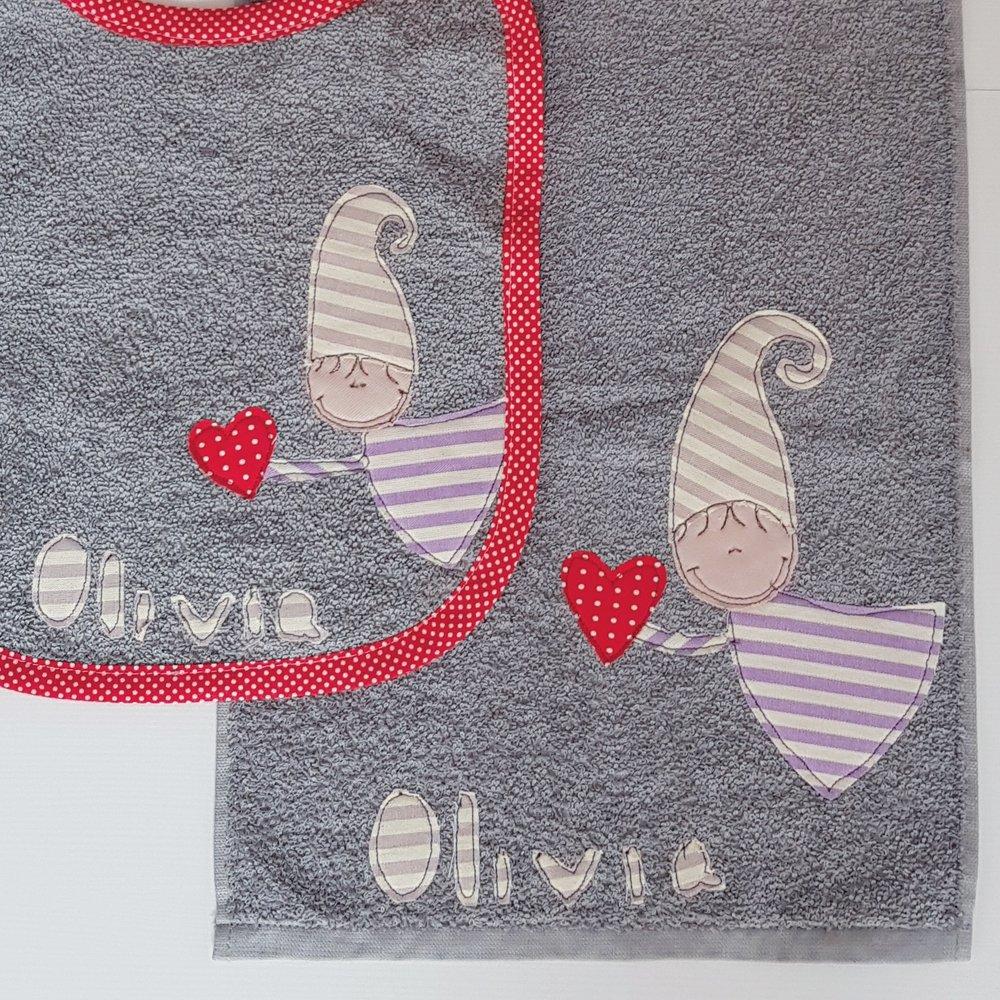 Dettagli del ricamo del secondo set. Anche la bordatura è personalizzata e Olivia ha scelto il rosso vivo!