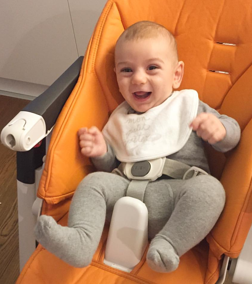 L'entusiasmo della prima pappa seduto sul seggiolone