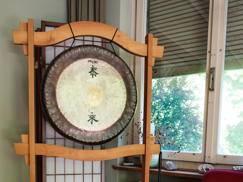 The sound of the gong announces the beginning of a meditation session.