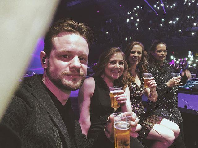 @hollandzingthazes Nee, we zitten hier niet op de tribune van de show te genieten. Ostage met een biertje in de hand. Als je Hazes zingt hóort dat gewoon zo! #hollandzingthazes #backingvocals #vocals #singer #beer #ziggodome #harmonies