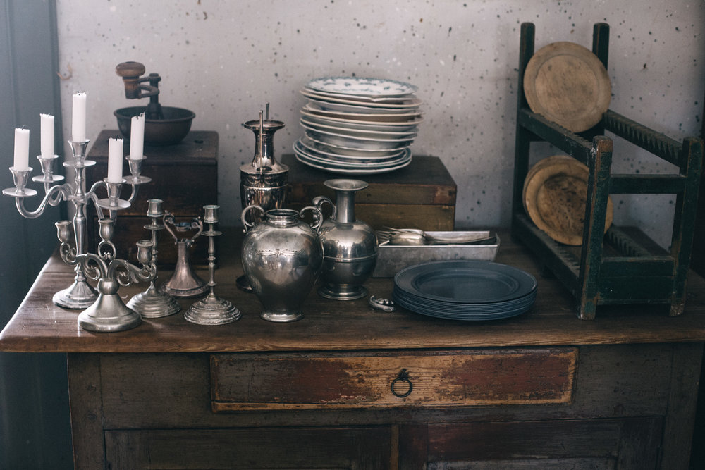 Vaser och ljusstakar i silver och tenn.