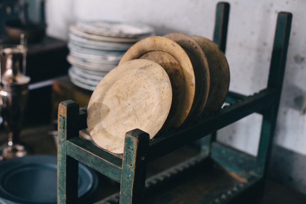 ......flera hundra år gamla trä-assietter.