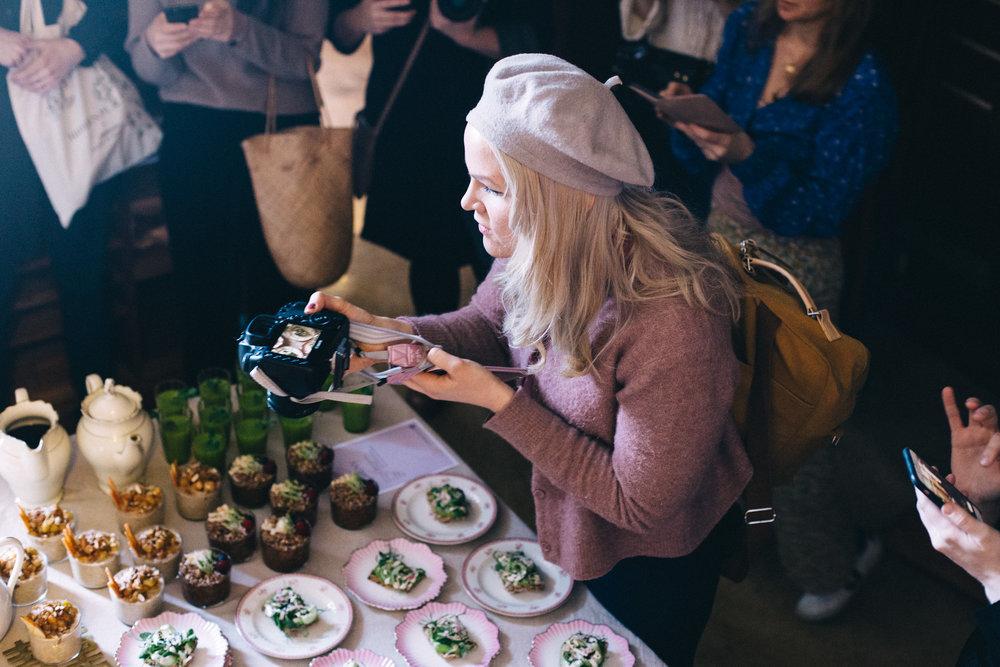 """Haha! """"Kameran måste få äta först"""" var det någon fyndig bloggare som myntade:)  Här finaste  Emma Sundh  med kameran i högsta hugg"""