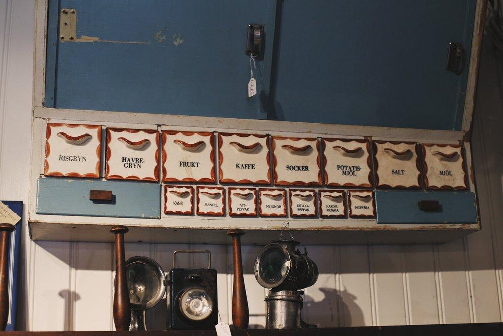 I  byggnadsvårdsbutiken  finns ALLT man behöver för renovering av gamla hus. Spik och muttrar, gamla handtag och nycklar, låskolvar och ja..... Allt man letar efter och lite till. Och som sagt; massor med dörrar och fönster. Både gamla upprustade och nyproducerade. I anslutningen till butiken finns även ett litet snickeri, så man kan lämna in sina egna förr renovering.