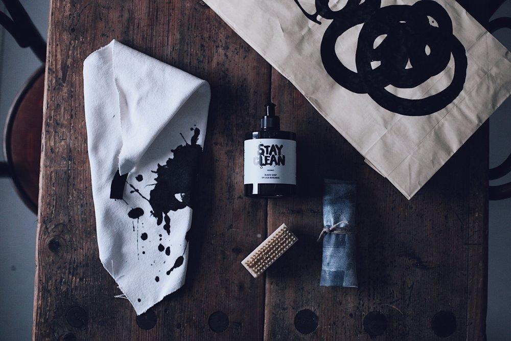 """Lisa Burenius  skapar bla T-shirts o dyl med bra och viktiga budskap. Köpte bla en där det står """"Stay Soft"""" i tuggummirosa. Får visa den en annan gång....  Älskar kitet med svart (!) tvål, handmålad handduk, skrubb-borste och handkräm. Allt förpackat i en ursnygg, handmålad, presentpåse. Bästa gåbortpresenten ju (förutom kaffe då:)"""
