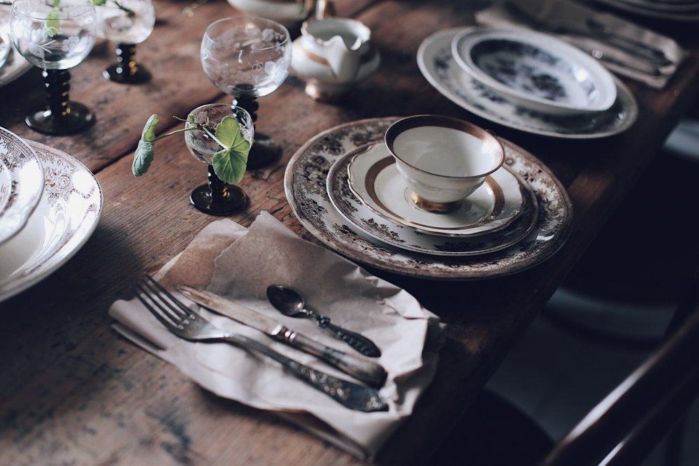 De benvita kaffekopparna med guldkant, har jag ärvt av farmors syster Astrid från Borås. Det är riktigt bladguld i dekoren, så inget man diskar i maskinen direkt. Men jag använder dem flitigt ändå. Hellre snyggt än praktiskt är som bekant min devis.