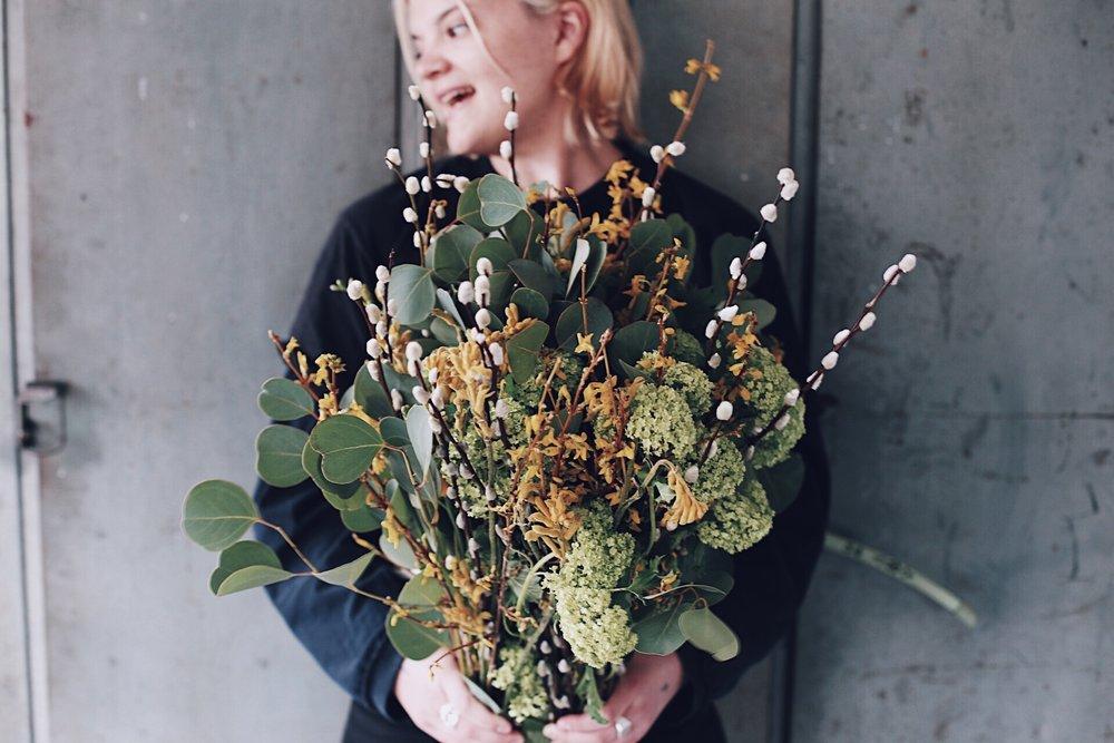 """Så här glad, som Nelly på bilden, blev jag när Alexander Henriksson, grundare och ägare av  House of Flowers  i Ulricehamn, hörde av sig till mig för ett tag sedan.  Det började med att jag var en, av ett gäng Influensers, som fick en blomsteröveraskning från dem i höstas. Det kom en hel kartong med MAGISKT vackra blommor, som sedan höll sig fina i flera veckor!  Alex och jag har haft kontakt efter det och han har hört om mitt engagemang för Läkarmissionen. Nu hörde han av sig för att berätta att han vill vara med och """"förändra framtiden för utsatta människor"""" på det sätt som de som blomsterleverantörer kan."""