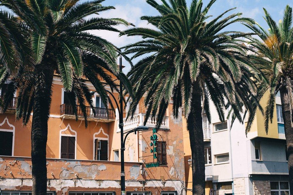 Jag har ett samarbete med  Villa Juli , så dit skall vi ta oss först.   Efter ett par timmars pusslande (!) TACK Europa Runt för tålamodet:) så bokade vi tillslut så att vi tar oss med tåg till Milano. Där har vi bokat bil för att ta oss vidare till (strax utanför) Grasse i Frankrike, där vi skall sova vår första natt.  Lisa och jag, på Villa Juli, hoppas få till något kul tillsammans i höst. Så därför kvistar vi förbi där när vi ändå är i krokarna.