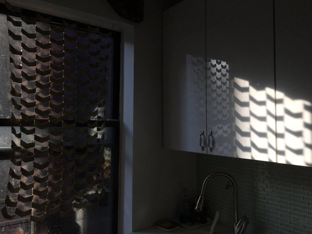 シェブロンの窓飾り。朝日が入ると‥  Photo from Instagram  @kazum3