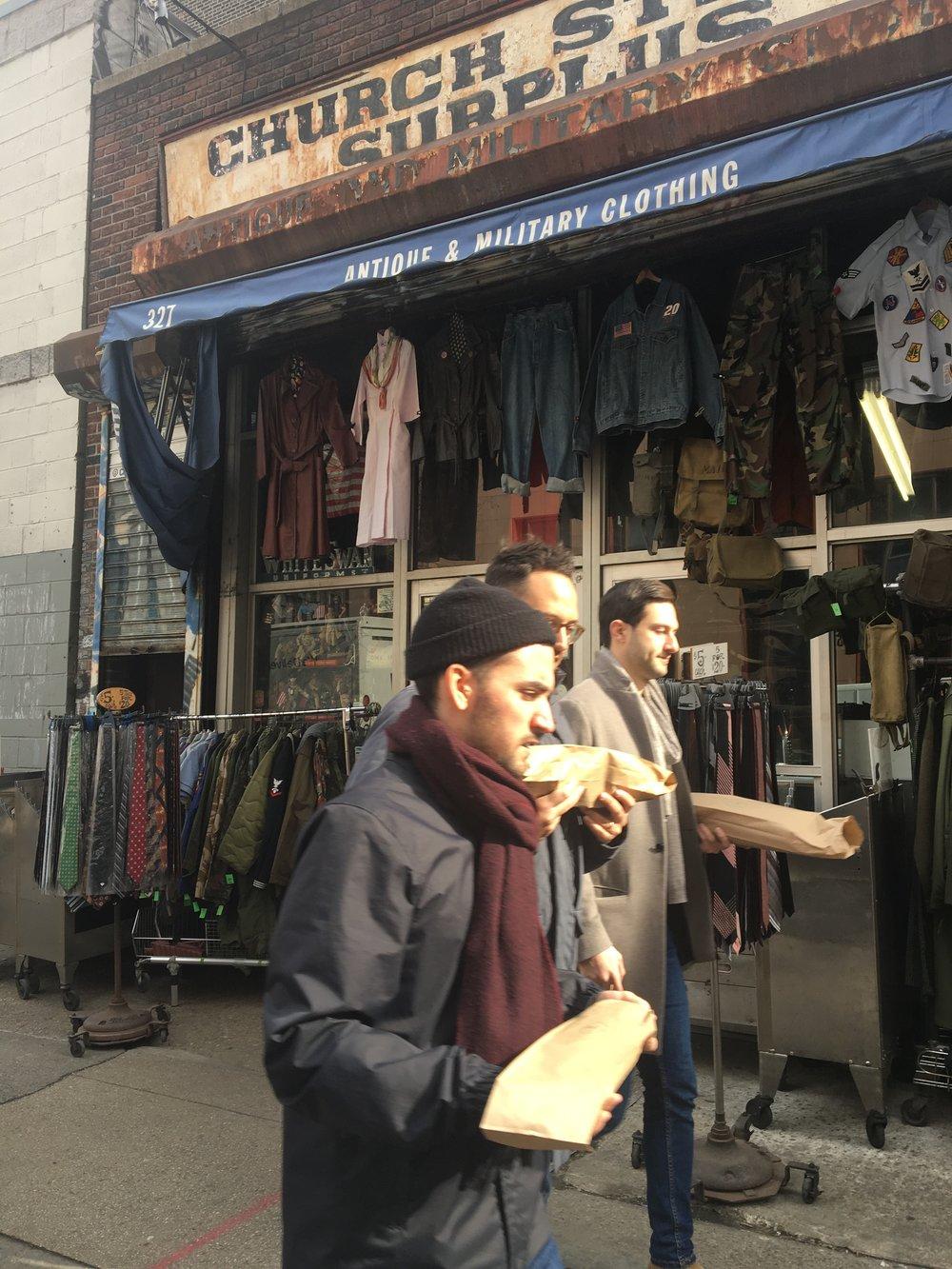 店頭にて。パリ…?バケットを持って闊歩するニューヨーカー。近くに美味しいパン屋さんがあるんでしょうか