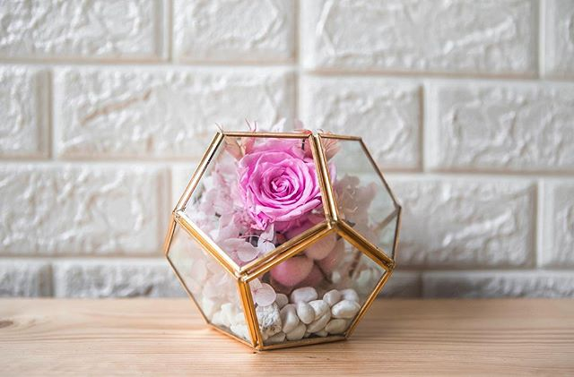 We have dabbled our minds into the preserved flowers for the past few months and have mastered our skills.  We present to you, the latest addition to our everlasting preserved collection.  Be prepared to stare in awe with this arrangement; Of a single preserved rose, a cotton flower, a mix of pastel hydrangea, and ending off with mini pebbles!  What's best is, such arrangements can last you a minimum of 1 year. How cool is that?  Get yours today! Customizations are available too 💕
