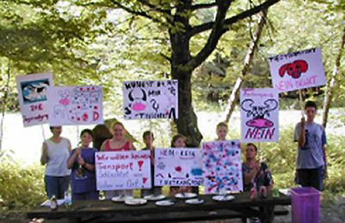 Jugendgruppe mit selbst gestalteten Plakaten für eine Demo