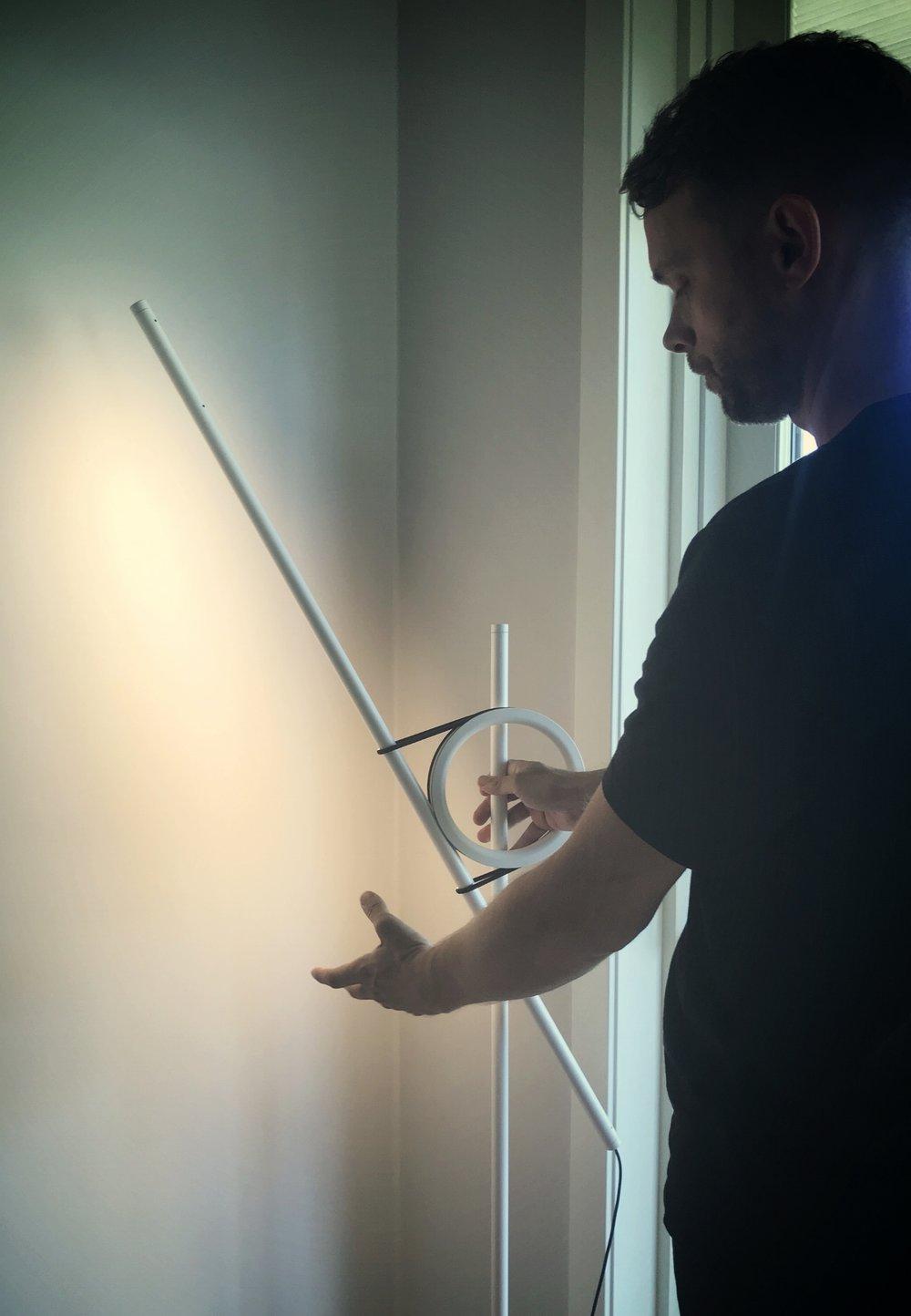 Thomas demonstrerer Tangent lampen med lyshode som er et smalt stålrør med innfelt LED-lys. – Målet vårt var å skape det optimale vegglyset, er armatur som inndirekte belyser veggen uten skarpe skygger forklarer han. Lampen kan roteres 360 grader og kan benyttes som leselampe så vel som lyssetting av veggkunst.