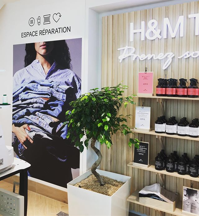Take Care, the repair and customisation workshop inside the new H&M flagship in Paris on rue La Fayette is the only interesting spot of this overall very common store, shame they could have turned the space so much more experiential @hm #new #takecare #hm #flagship #ruelafayette #repair #repairspace #reparation#customisation #tendance #retail #experience #retailexperience #shoppingexperience #display #design #visualmerchandising #vm #paris #paris9 #june18