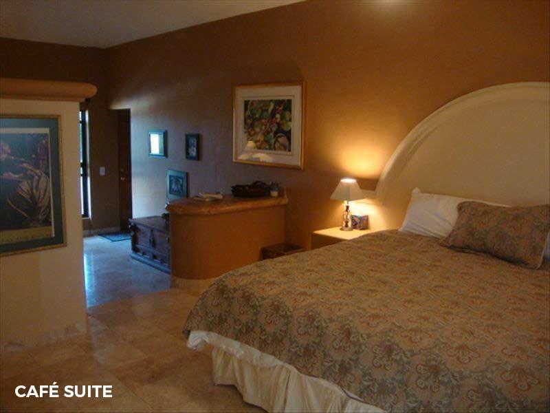- Café SuiteKing-sized bed and en suite bathroom