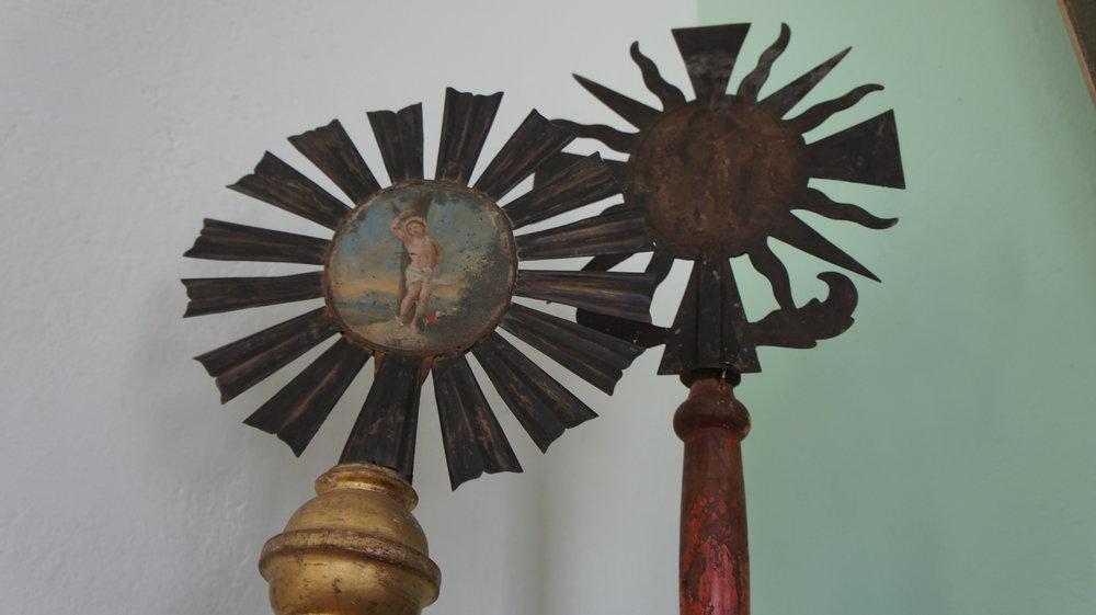 Sakralsaal - Altarbilder - Votivgaben - Gebetbücher - Meßgewänder - Hinterglasmalerei - Holzplastiken - Pieta - Fraiskappe und -brief - Andachtsbilder - u.v.m.