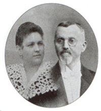 K. & F. Keller - Fridolin Keller wurde 1849 in Hirtenberg als Sohn des Gründers einer Firma für Geschoßzünder für die österreichisch-ungarische Armee, Seraphin Keller, geboren. Als Seraphin Keller 1882 starb, wurde die Fa auf seine vier Söhne aufgeteilt, die in der Folge um die 400 Arbeiter beschäftigten. Hergestellt wurden Gewehr- und Revolverpatronen sowie Zünder für Geschützmunition.1897 erfolgte die Umwandlung der Firma in eine Aktiengesellschaft - Fridolin Keller schied drei Jahre später aus der AG aus und gründete auf dem südlichen Werksgelände eine eigene Metallwarenfabrik.Fridolin Keller war ein sehr vermögender Mann und besaß neben Villen in Hirtenberg auch in Baden die Villa
