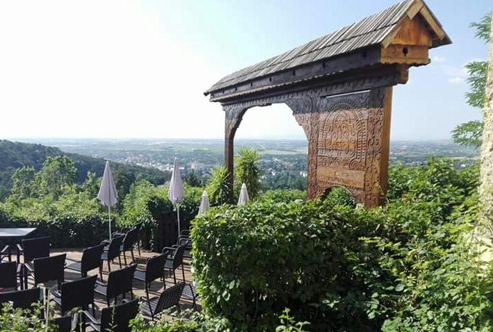 """szekler-tor - Am 12. Juli 1991 wurde ein vor dem Museum aufgestelltes Szekler-Tor der Stadt Baden übergeben.Die Schenkung seitens der im Szeklerlandgelegenen Stadt Székely-Udvarhelyerfolgte zum Dank für das Badener """"Hilfsprogramm für Rumänien""""."""