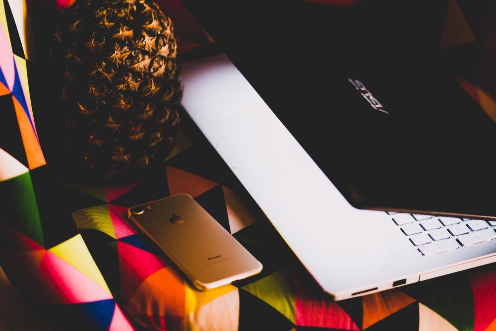4. - Ota yhteyttä ihmiseen, jonka kohtasit livenä tai verkossa. Henkilöön, jota juuri sinä voisit auttaa. Tartu kännykkään ja soita. Lähetä sähköposti tai muu viesti.Rohkeasti tai aristellen, kunhan otat yhteyttä ja kerrot mitä juuri sinä voit tehdä hänen hyväkseen.