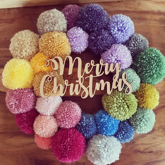 Thats me done...ive finished work for Christmas!! Im cracking open the Bailey's as we speak, so bring on the indigestion...I can't bloody wait 🤪 #pompom #pompomhanging #pompomwreath #wreath #handmadechristmas