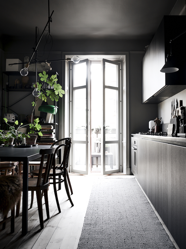 dark-scandinavian-interior-lotta-agatons-place