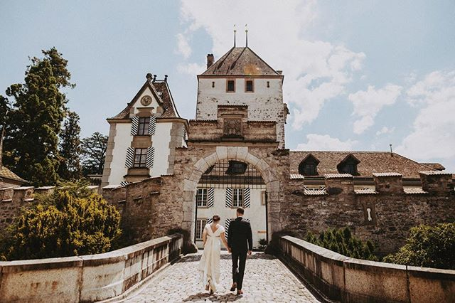 More weddings at castles. Please and thank you. 🙏 • • • • • • • • #swissmisstomrs #swissweddingphotographer #switzerland #oberhofencastle #oberhofen #europeanweddingphotographer #swisswedding #destinationwedding #destinationweddingphotographer