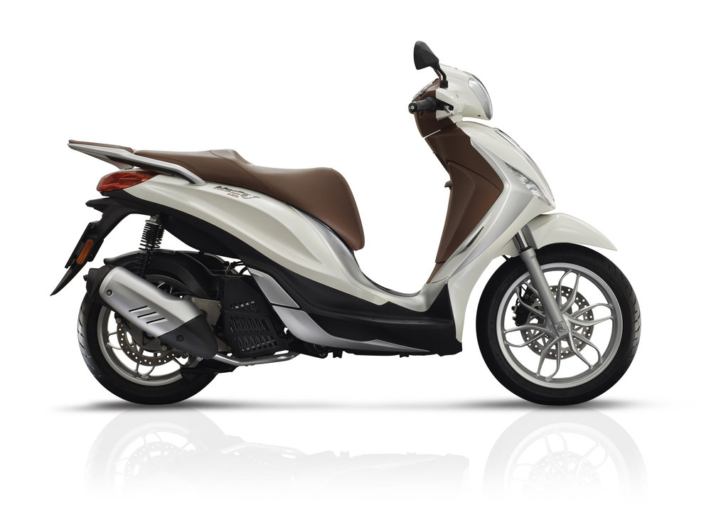 Piaggio Medley 125 equipped lateral dx 02.jpg