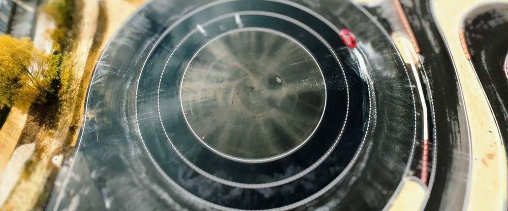 Auto - Von Mercedes AMG, über Ferrari bis hin zu BMW und Tesla: Quietschende Reifen, atemberaubende Geschwindigkeiten und windschnittige Autos, festgehalten durch dynamische Aufnahmen und präsentiert durch erfolgreiche Rennfahrer. Action, Anmut und Eleganz vereint.