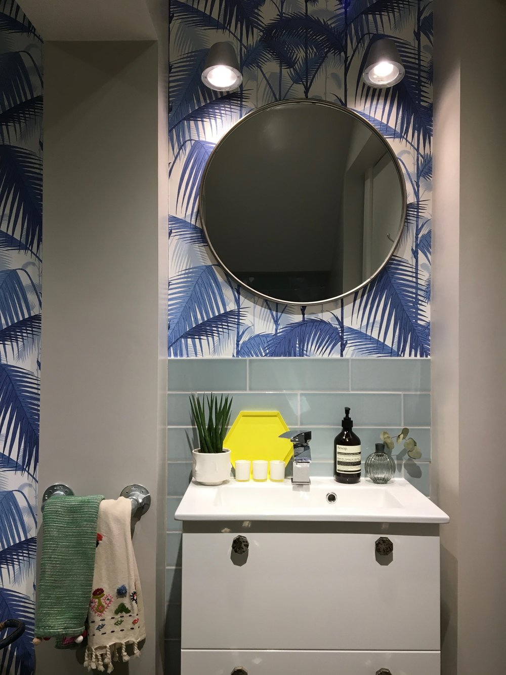 Liznylon_bathroom_with_cole_and_son_wallpaper_blue.jpg