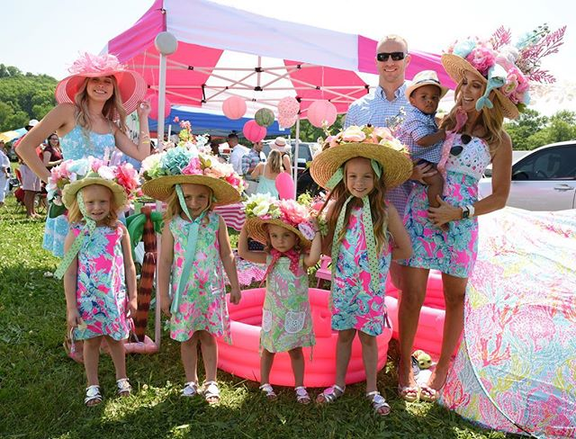 Who remembers this sweet and oh-so-fashionable fam that crushed the Tailgating Contest this year?! 👒🎀 #flashbackfriday