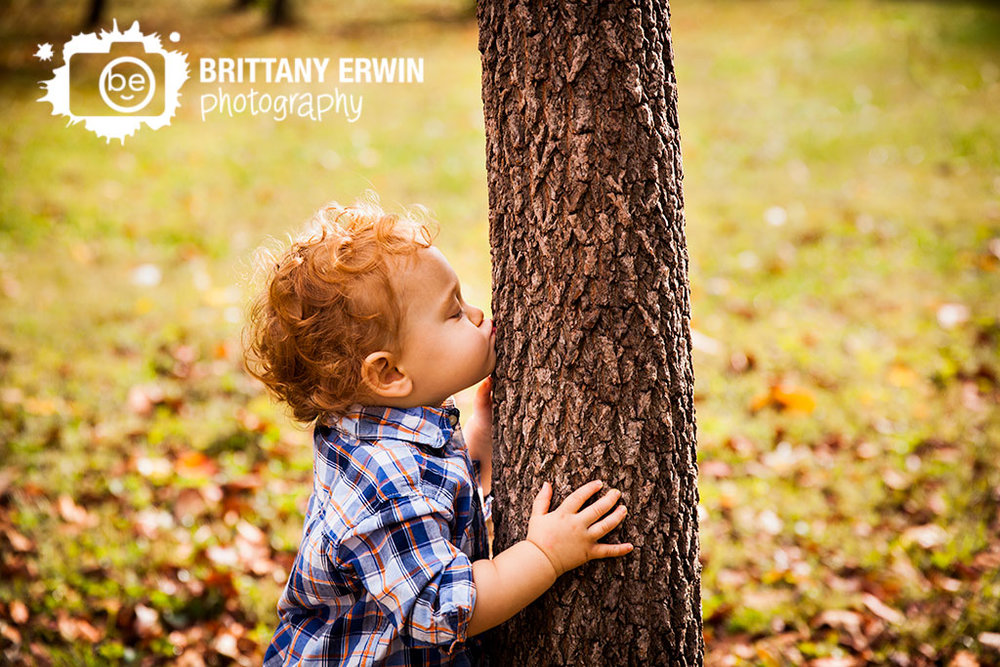 Indianapolis-child-portrait-photographer-kiss-tree-sweet-baby-boy.jpg