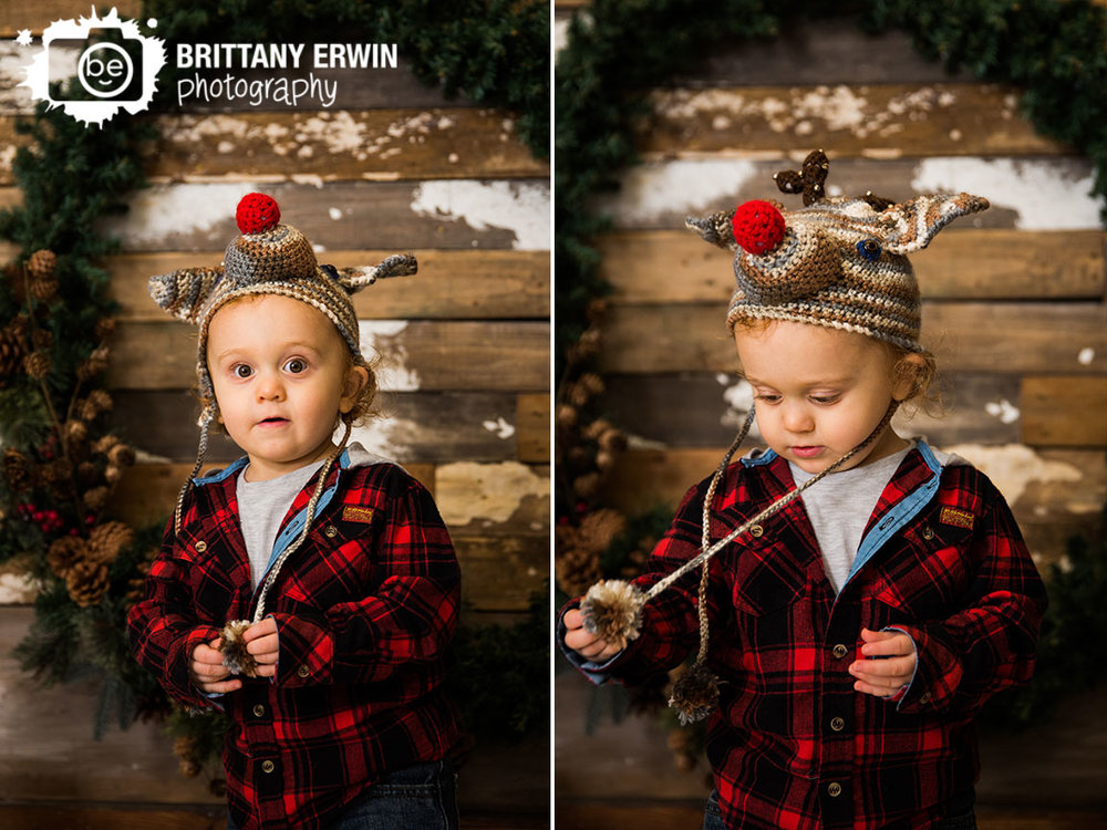 Studio-christmas-mini-session-photographer-wreath-rudolph-hat.jpg