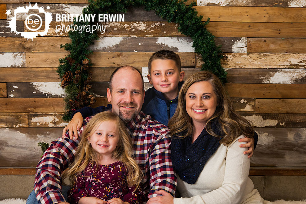 Indianapolis-christmas-mini-portrait-photographer-family-wreath-group.jpg